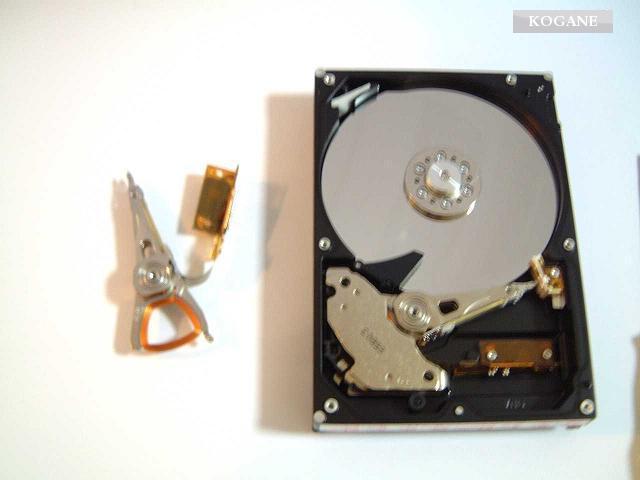 HDDデータ復旧復元技術(ヘッドAssy交換直後)画像